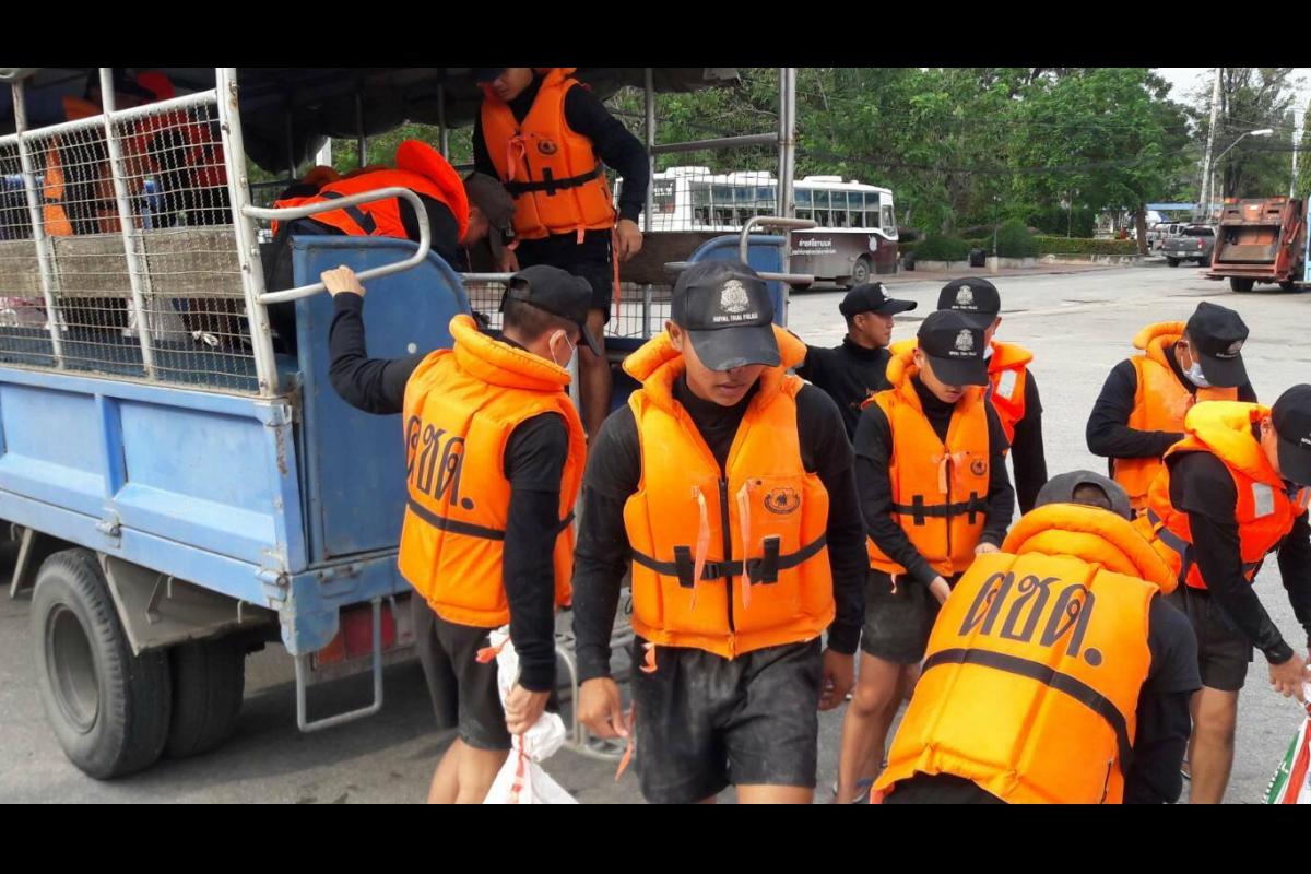 พ.ต.อ.วชิระ พานิชการ ผกก.1 บก.กฝ.บช.ตชด.(ค่ายศรียานนท์) นำกำลังชุดช่วยเหลือผู้ประสบภัย และนักเรียนนายสิบตำรวจ จำนวน 115 นาย พร้อมเรือท้องแบน 1 ลำ สนับสนุน ปภ.จ.เพชรบุรี