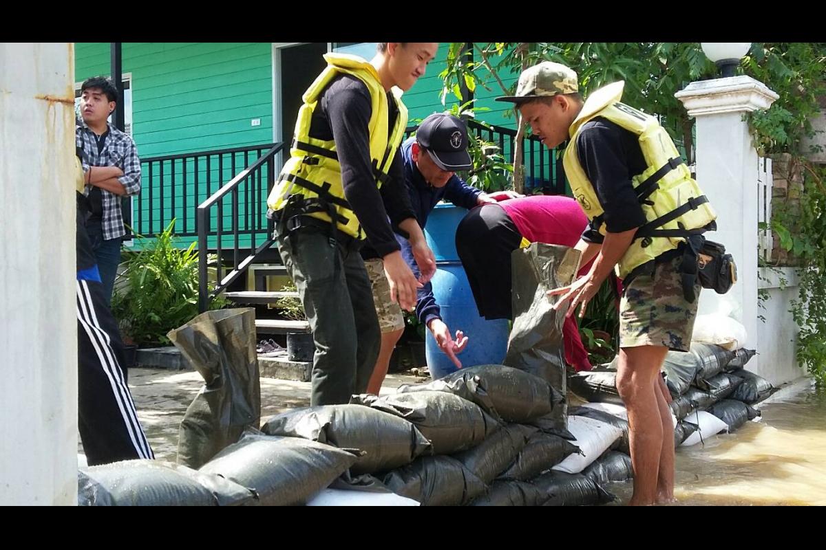 ร.ต.อ.วิเชียร พุทธอินทร์ศร พร้อมด้วยชุดช่วยเหลือผู้ประสบอุทกภัย ร้อย ตชด.144 รวม 24 นาย ได้เดินทางไปตรจวสอบน้ำในพื้นที่บ้านกลางเมือง ต.บ้านกุ่ม หมู่ที่ 2 อ.เมือง จ.เพชรบุรี