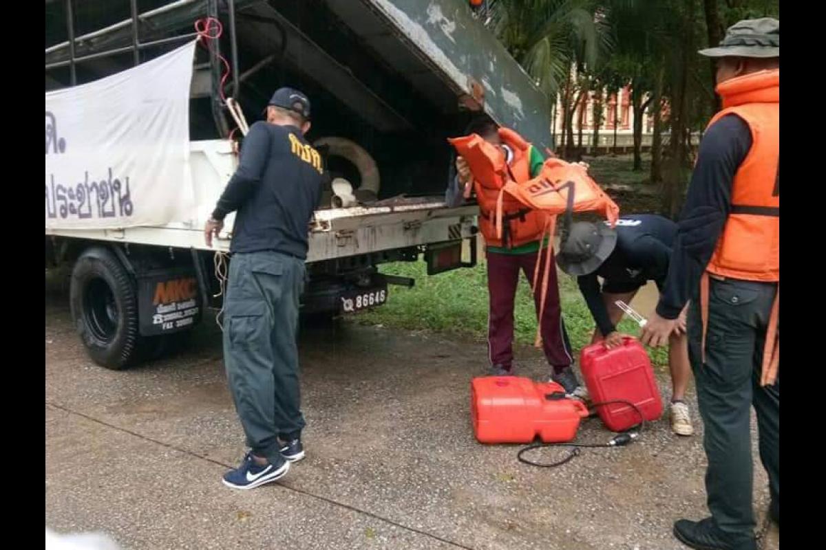พ.ต.ท.จารุบุตร  เรืองศรี  ผบ.ร้อย ตชด.๑๔๗ นำกำลังพลชุดเหลือผู้ประสบภัยและนำเรือท้องแบน จำนวน ๑ ลำ เดินทางเข้าสำรวจพื้นที่น้ำท่วมขัง และให้การช่วยเหลือประชาชน