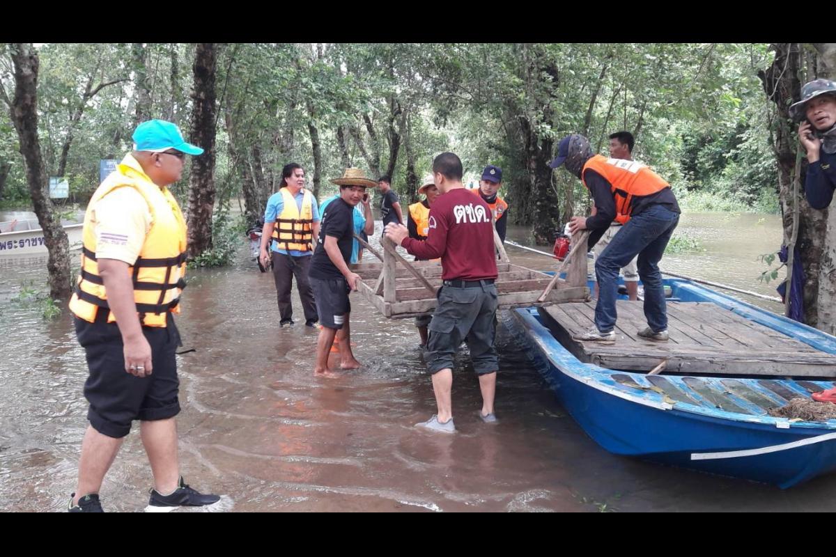 พ.ต.อ.รินณวัฒน์ ภูวัฒนติกานต์ ผกก.ตชด.22 มอบหมายให้กำลังพล ชุดช่วยเหลือผู้ประสบภัย ร้อย ตชด.223  เข้าช่วยเหลือชาวบ้านที่ประสบภัยน้ำท่วม