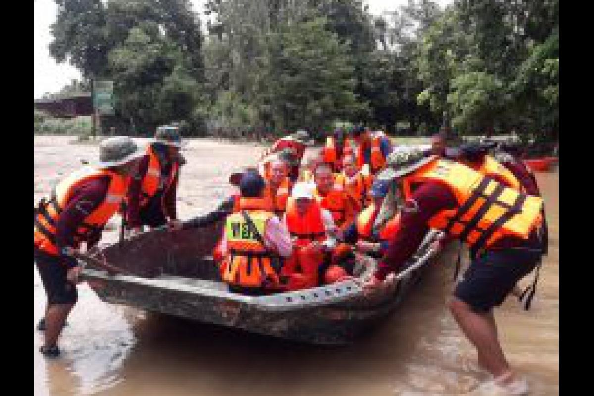 พ.ต.อ.รินณวัฒน์ ภูวัฒนติกานต์ ผกก.ตชด.22 มอบหมายให้กำลังพล ชุดช่วยเหลือผู้ประสบภัย ร้อย ตชด.226  เข้าช่วยเหลือชาวบ้านที่ประสบภัยน้ำท่วม