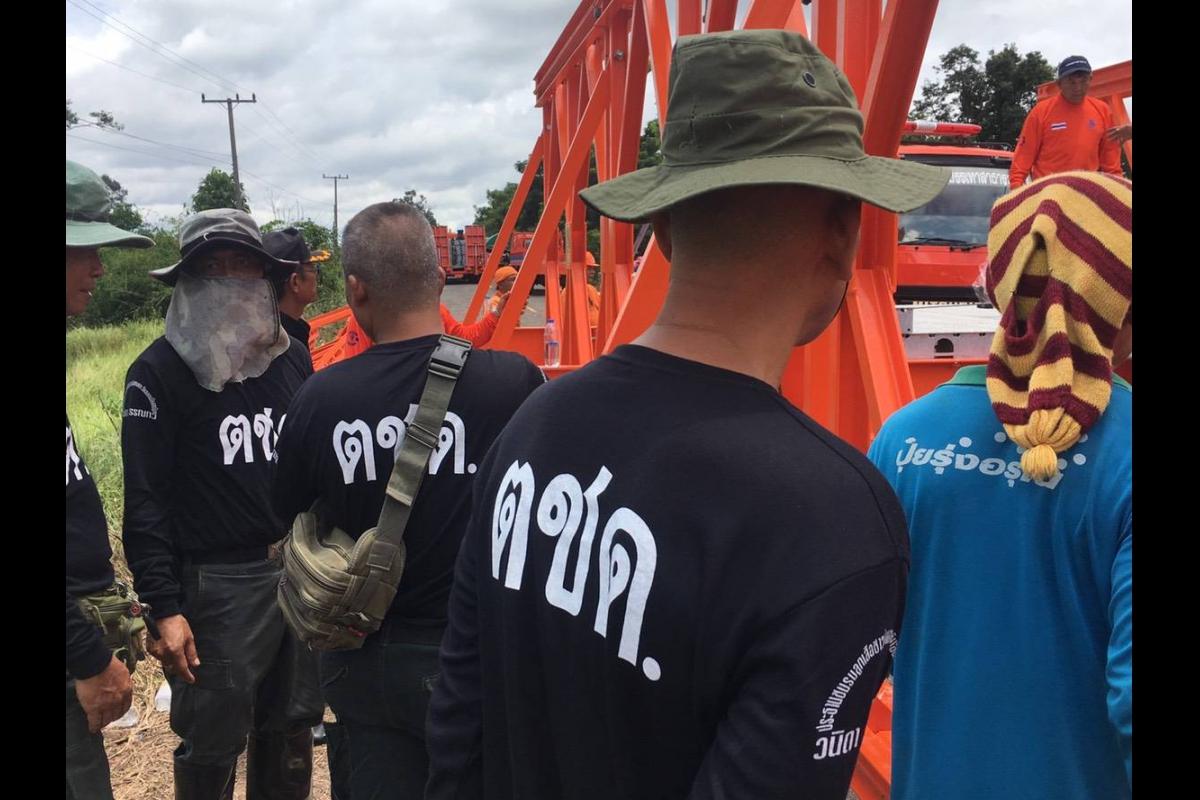 ร.ต.อ.พาส ศรีสุข ผบ.มว.ตชด.2341  ร่วมกับ เจ้าหน้าที่และประชาชนในพื้นที่ ร่วมกันซ่อมแซมถนนที่ชำรุดจากอุทกภัย
