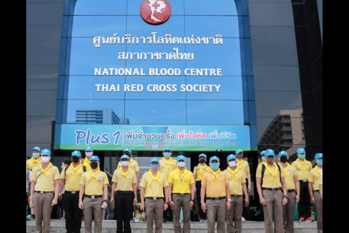 """พล.ต.ต.สุนทร เฉลิมเกียรติ รอง ผบช.ตชด. พร้อมด้วยข้าราชการตำรวจจิตอาสา ร่วมโครงการ """"ตำรวจไทย ต้านภัย โควิด บริจาคโลหิต ด้วยจิตอาสา"""" โดยร่วมบริจาคโลหิต ณ สภากาชาดไทย"""