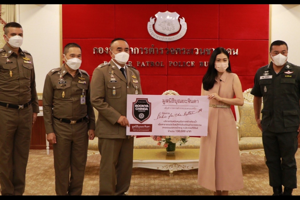 พล.ต.ท.ณัฐ สิงห์อุดม ผบช.ตชด.พร้อมด้วย พล.ต.ต.พันธุ์พงษ์ สุขศิริมัช รอง ผบช.ตชด. รับมอบเงินสนับสนุนจากคุณพอฤทัย บุณยะจินดา ในนามมูลนิธิบุณยะจินดา จำนวน 130,000 บาท